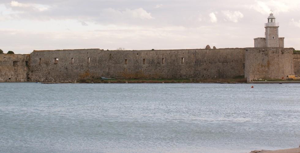 Το κάστρο της Αγίας Μαύρας στην είσοδο του νησιού